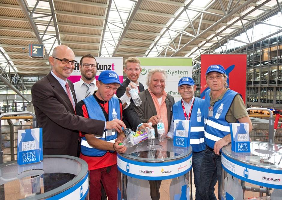 Presse-Gruppenbild Pfandsammler mit Vertretern Flughafen, Hinz&Kunzt, DSD
