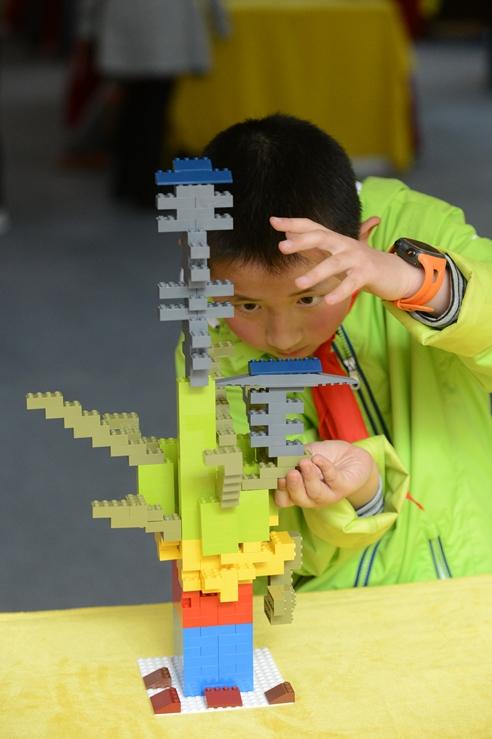 Lego-Pressebild: Chinesischer Junge baut mit Legosteinen