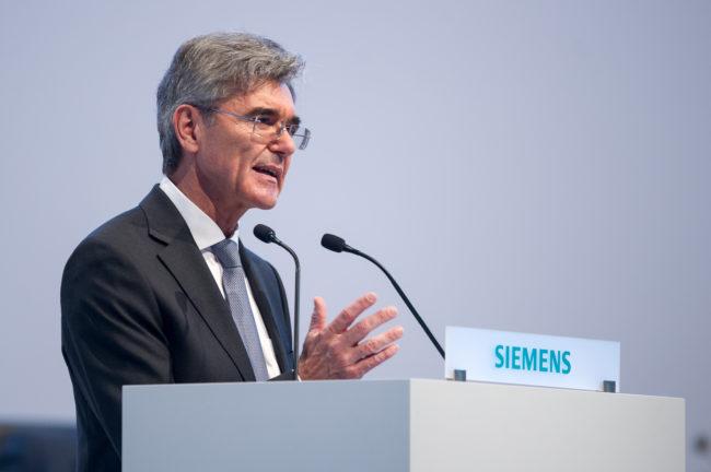 Siemens-Vorstandsvorsitzender Joe Kaeser am Rednerpult auf der Hauptversammlung 2016 der Siemens AG in München