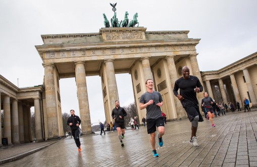 Facebook-Bild Mark Zuckerberg joggt vorm Brandenburger Tor
