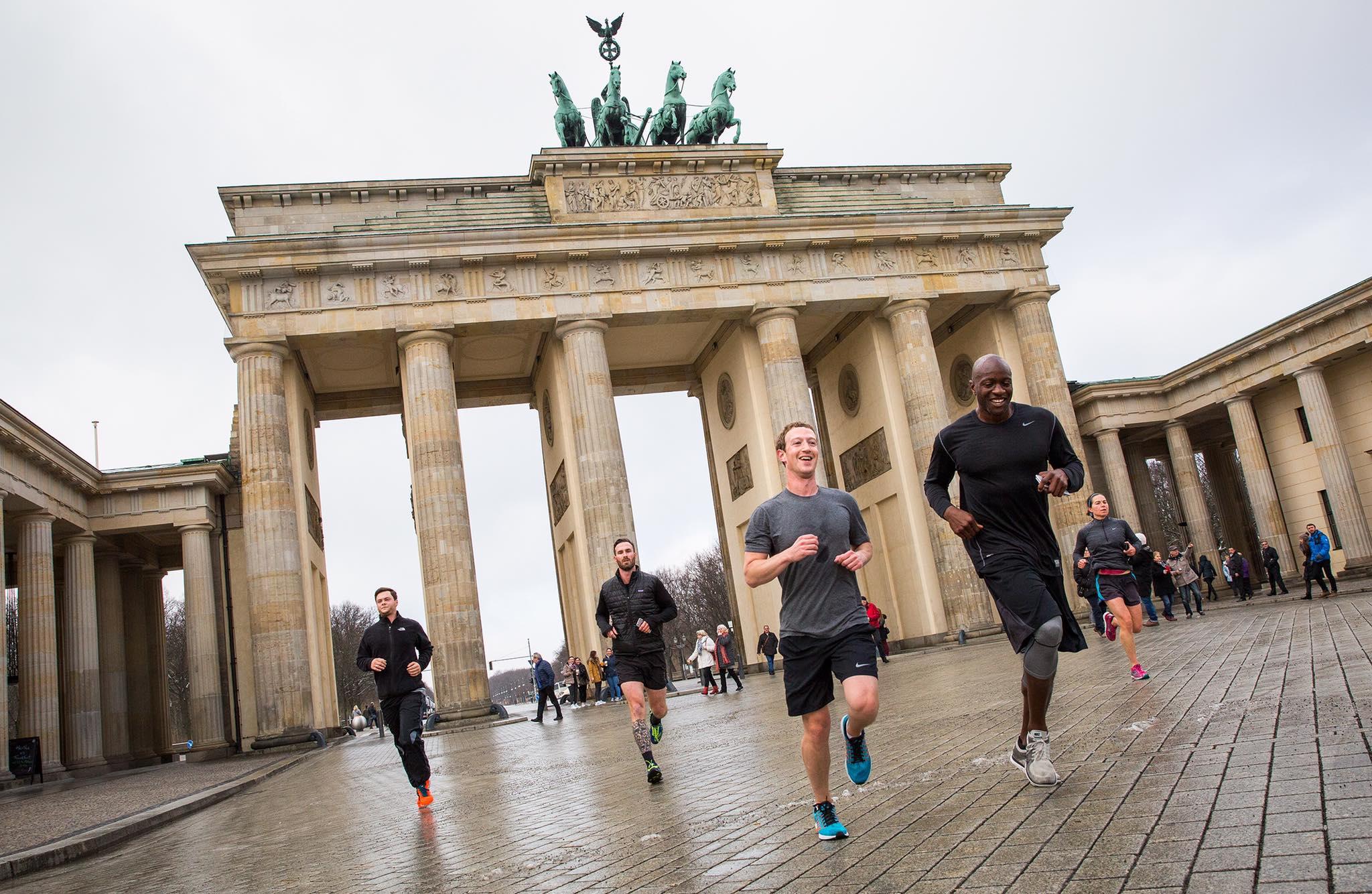 Facebook-Bild Mark Zuckerberg joggt vorm Brandenburger Tor