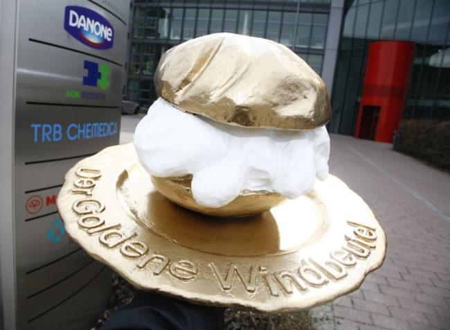 Foodwatch-Pressebild: Goldener Windbeutel 2009 für Danone