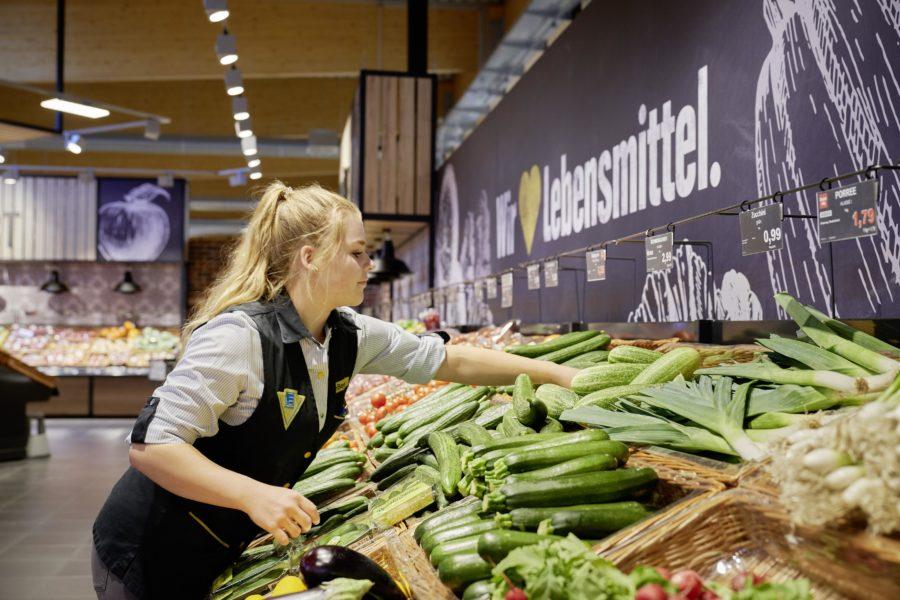 Pressefoto Edeka: Mitarbeiterin in der Gemüseabteilung.